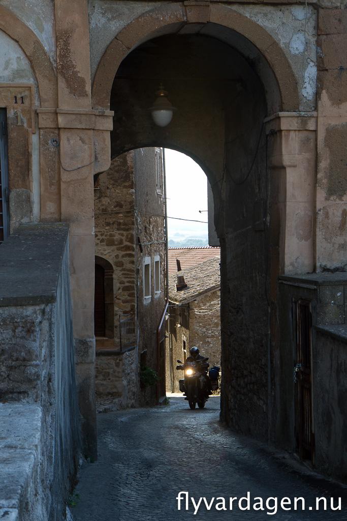 Gammal stad någonstans i Italien. Vägarna lutade säkert 20 grader.