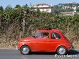 Fina små bilar överallt med väldigt många människor i dem.