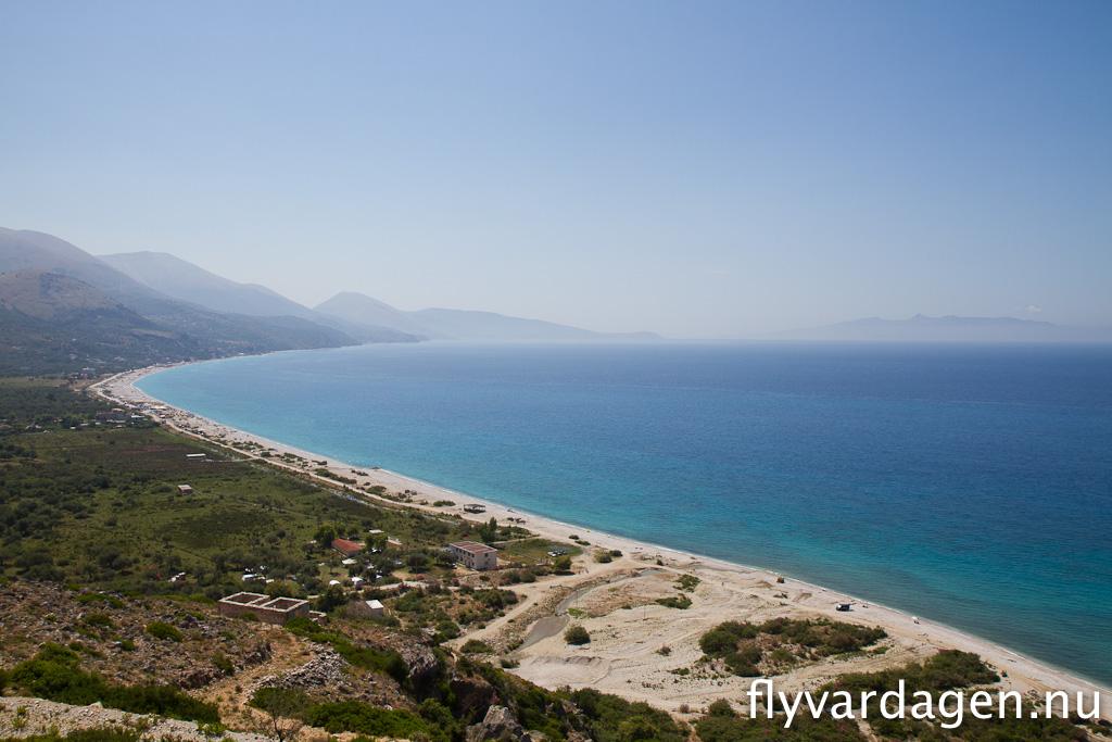 Albaniens kust. Långa vackra stränder med lite folk