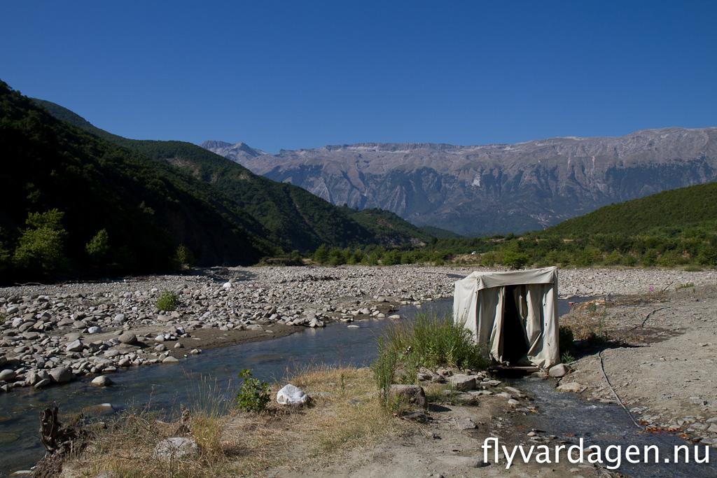 Toalett med rinnande vatten i Albanien