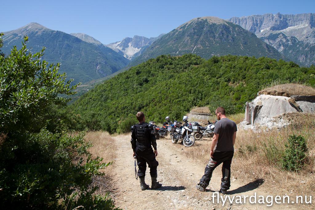 Överalllt stöter man på bunkrar som skulle skydda Albanien mot invasion.