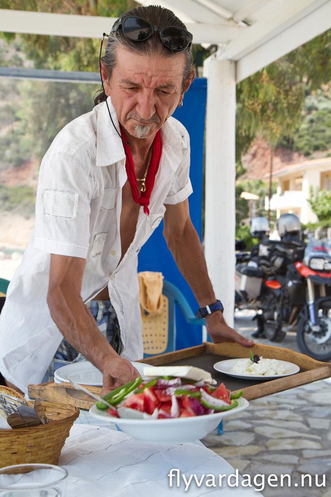 Grekisk lunch bestående av tzatsiki, pommes, souvlaki, calamari samt grekisk sallad