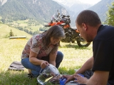 Vi satte oss och åt lunch på en gräsmatta, då kom hon som bodde i huset bredvid och bjöd på vatten, kaffe och kakor :)