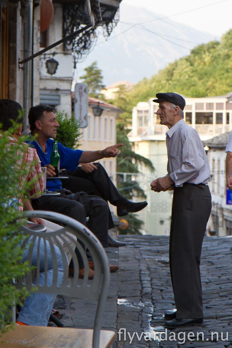 Livlig diskussion i Girokaster, Albanien