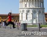 Jenny-hopp vid lutande tornet i Pisa