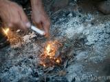 Roberto gör upp eld